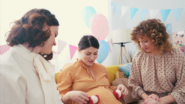 vídeos y material grabado en eventos de stock de ¡estos botines de bebé son tan pequeños! - baby shower