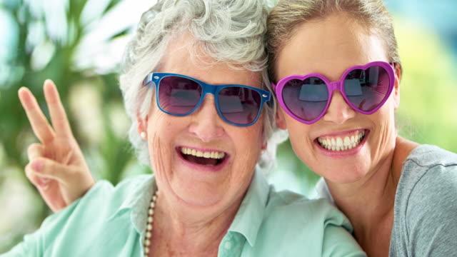 dessa tjejer har alltid ett skratt tillsammans - solglasögon bildbanksvideor och videomaterial från bakom kulisserna