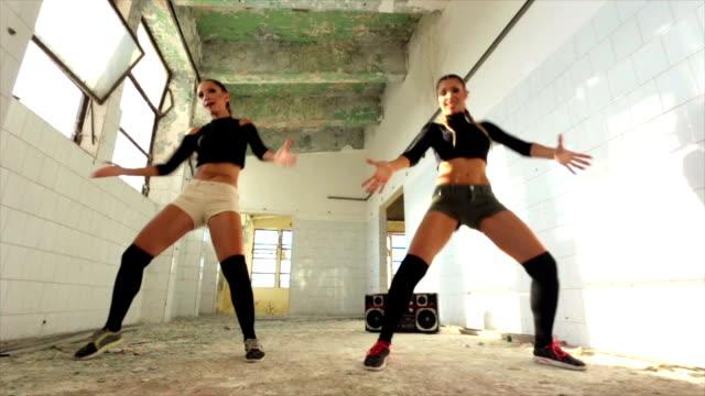 vídeos de stock e filmes b-roll de these girls have moves! - concrete wall interior