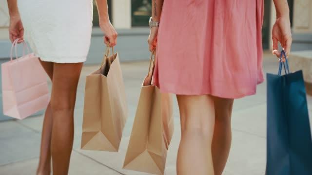 vídeos y material grabado en eventos de stock de estas patas se hicieron para ir de compras - moda de verano