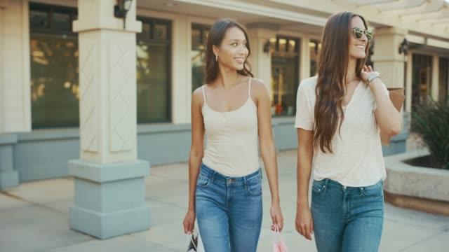 vídeos y material grabado en eventos de stock de estos dos compradores hermosos amor sus nuevos trajes - moda de verano