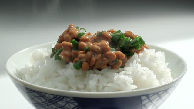 彼らは発酵大豆と温かなご飯ます。 - 稲点の映像素材/bロール