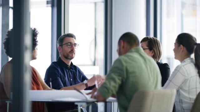 vídeos de stock e filmes b-roll de they do business as a dedicated team - business meeting