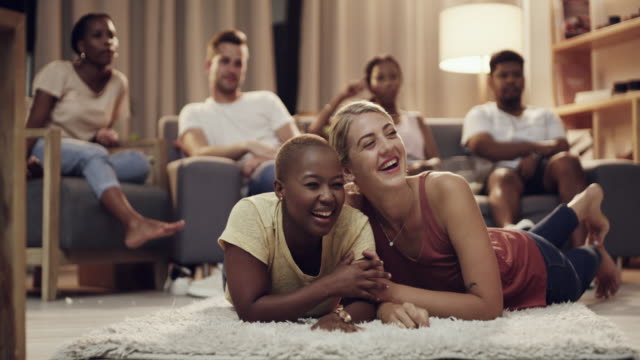 they're excited for the season finale of their favourite show - amicizia tra donne video stock e b–roll