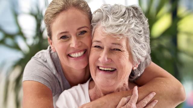 vídeos y material grabado en eventos de stock de son madre e hija y mejores amigos - hija