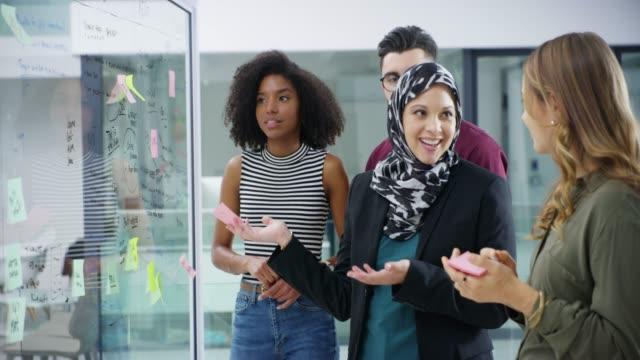 de har utarbetat en lysande plan - hijab bildbanksvideor och videomaterial från bakom kulisserna