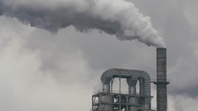 stockvideo's en b-roll-footage met dikke rook golvende uit de fabriek schoorsteen in de hemel - schoorsteen