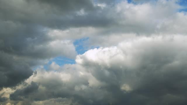 두꺼운 흰색 구름이 빠르게 움직이고 있습니다. - 분위기 스톡 비디오 및 b-롤 화면