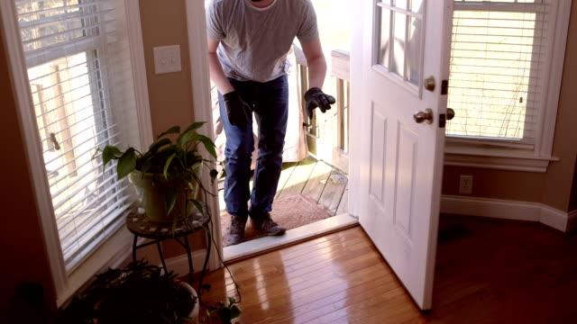 vídeos de stock e filmes b-roll de ladrão dividir em casa com a máscara de esqui - roubar crime