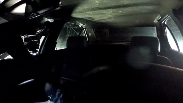 vídeos de stock e filmes b-roll de thief caught in crime by dashboard camera - ladrão