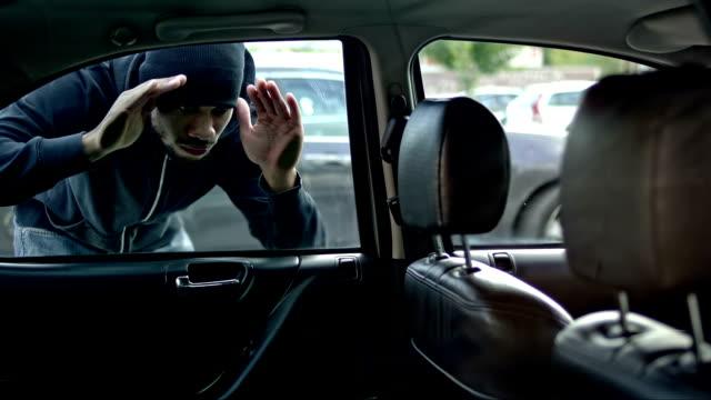 thief проверка автомобиль снаружи подготовке, в ходе которой он - вор стоковые видео и кадры b-roll