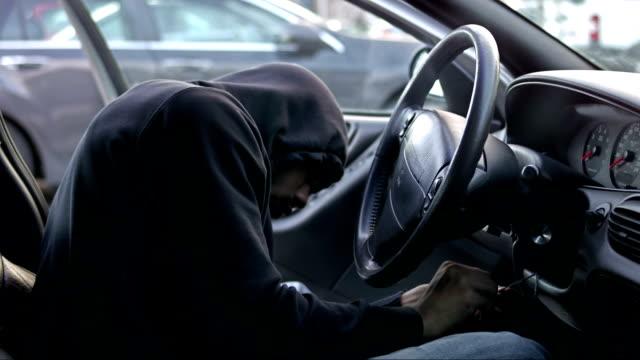 thief hotwiring машину и характера его - вор стоковые видео и кадры b-roll