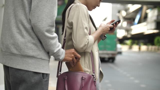 小偷 男人在步行去通勤時從女人那裡偷包 - 銀包 個影片檔及 b 捲影像