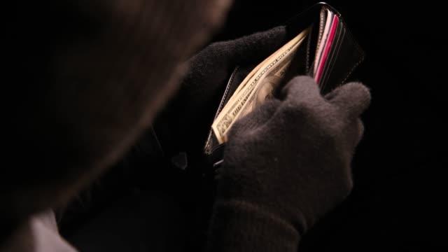 小偷從偷來的錢包裡拿錢 - 銀包 個影片檔及 b 捲影像