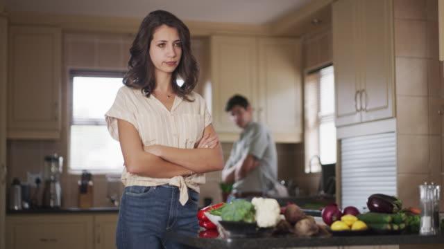 stockvideo's en b-roll-footage met dingen zijn hotting in de keuken - couple fighting home