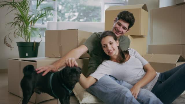 vidéos et rushes de je pense qu'il aime cet endroit déjà - jeune couple