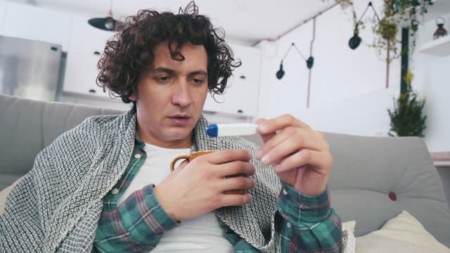 stockvideo's en b-roll-footage met ik denk dat ik moet mijn arts bezoeken. - thermometer