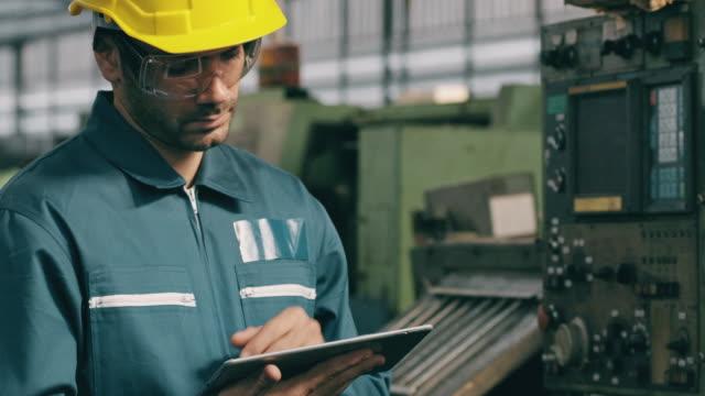 denken der mittlere osten mann in der fabrik mit tablet in fabriklinie. fertigungskonzept. - verantwortung stock-videos und b-roll-filmmaterial