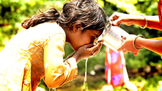 испытывающий жажду - tap water стоковые видео и кадры b-roll