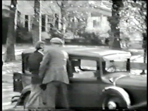 vidéos et rushes de années trente auto avec trois personnes - homme faire coucou voiture