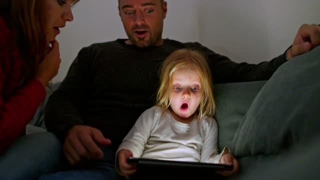 detta förvånade mig! - enbarnsfamilj bildbanksvideor och videomaterial från bakom kulisserna