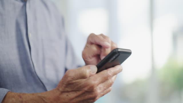denna app hjälper mig i samband med världen - pensionärsmän bildbanksvideor och videomaterial från bakom kulisserna