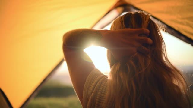 bu kamp gezisi tam da ruhumun ihtiyacı olan şeydi. - sarı saç stok videoları ve detay görüntü çekimi