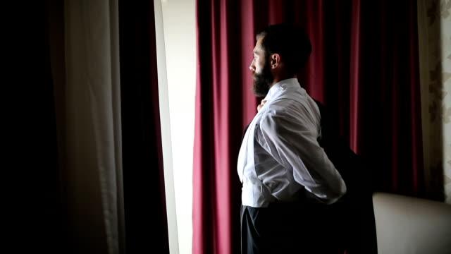 stockvideo's en b-roll-footage met dit voltooit de look - men blazer