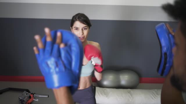 vídeos de stock e filmes b-roll de this girl can - boxe tailandês