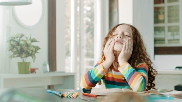 detta läxor är svårt! - litet barn bildbanksvideor och videomaterial från bakom kulisserna