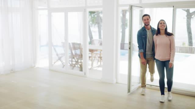 vídeos de stock e filmes b-roll de this house is perfect for our needs - casal jovem
