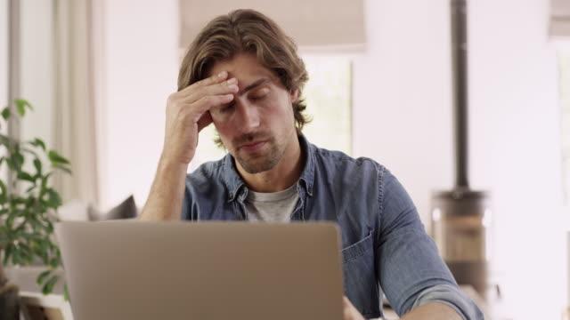 這開始使他緊張 - 負面情緒 個影片檔及 b 捲影像