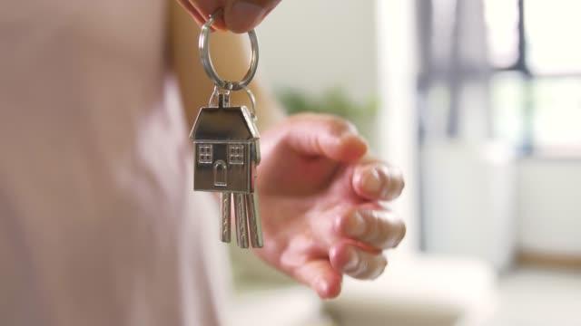 stockvideo's en b-roll-footage met dit is voor u nieuwe huissleutels - sleutel beveiligingsapparatuur