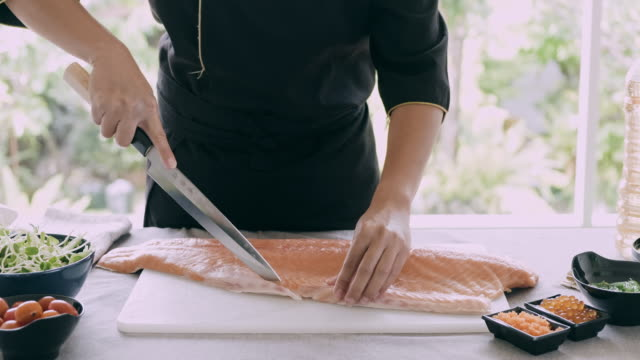 this is how you cut the salmon skin. - articoli casalinghi video stock e b–roll