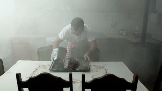 vídeos de stock e filmes b-roll de this meal is no good - burned cooking