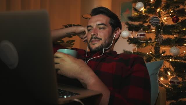 questo film mi tiene sveglio. - christmas movie video stock e b–roll