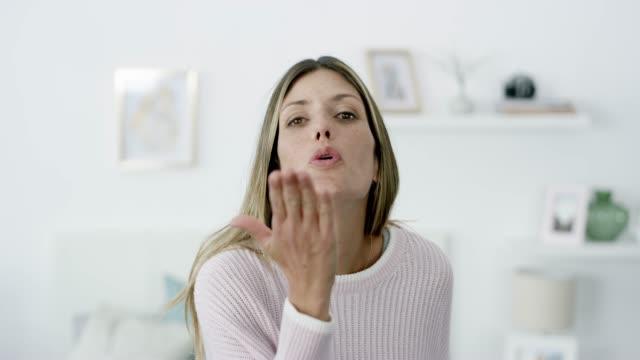 den här är för dig! - blåsa en kyss bildbanksvideor och videomaterial från bakom kulisserna