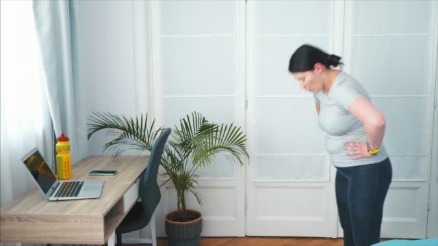 detta var en intensiv träningspass! - hemmaträning bildbanksvideor och videomaterial från bakom kulisserna