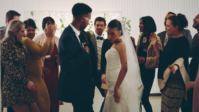 vídeos de stock, filmes e b-roll de este foi o casamento perfeito. - casamento