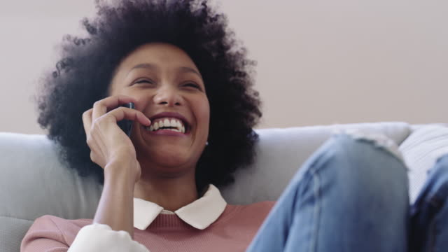 vídeos de stock, filmes e b-roll de aqueles telefonemas de hora de duração com sua melhor amiga - no telefone