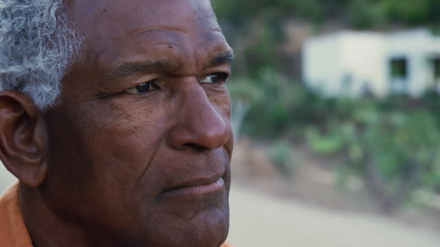 vídeos de stock, filmes e b-roll de pensativo afro-americano sênior ao ar livre no campo - consciência negra