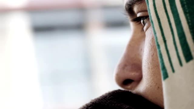 vídeos de stock e filmes b-roll de thoughtful boy looking through the window of bus during the drive - criança perdida