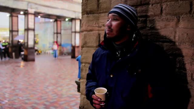 omtänksamma mannen rökning cigarett, dricka kaffe och tänker på hans - coffe with death bildbanksvideor och videomaterial från bakom kulisserna