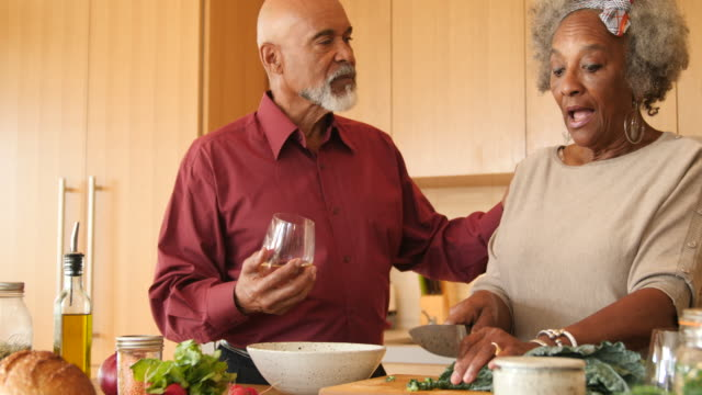 vídeos de stock, filmes e b-roll de homem pensativo com a mulher que prepara o brunch em casa - vegetarian meal