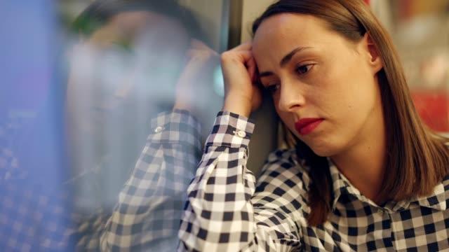 tankeväckande kvinna i tåget - sentimentalitet bildbanksvideor och videomaterial från bakom kulisserna