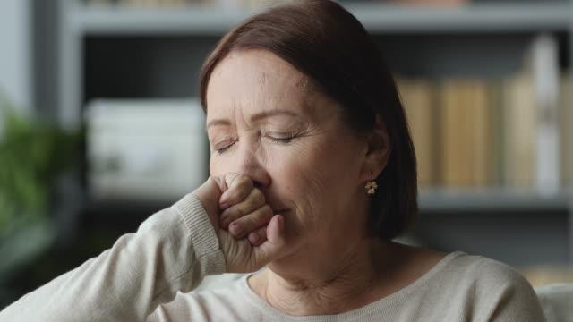 stockvideo's en b-roll-footage met doordachte bezorgde oudere vrouw op zoek weg denk aan eenzaamheid - ongerustheid