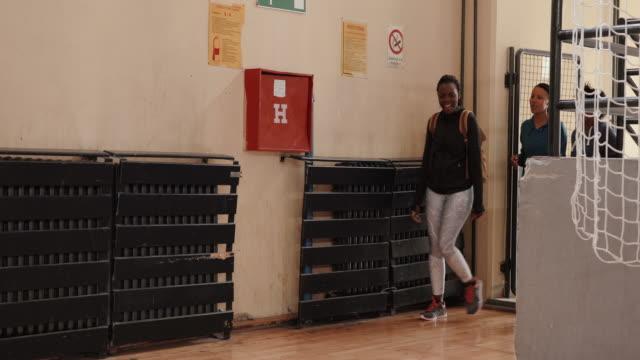 dans sınıfına gelen üç afrikalı kadın - orta yetişkin stok videoları ve detay görüntü çekimi