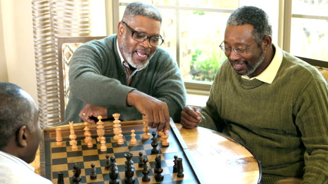 vídeos de stock e filmes b-roll de three african-american men playing chess - xadrez