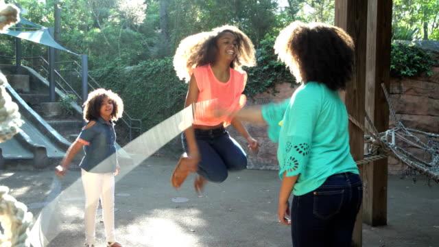 vídeos de stock e filmes b-roll de three african-american sisters jumping rope - girl