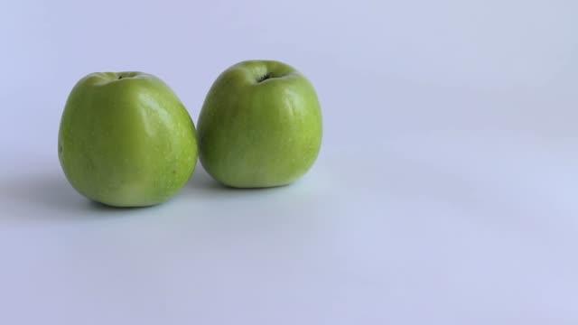 vídeos de stock e filmes b-roll de three apples white background - três objetos